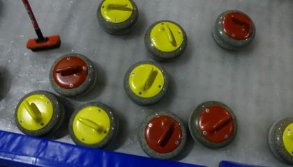 Weihnachtsessen mit Curling oder Eisstockschießen